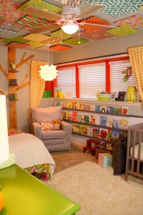 Комната, окрашенная в яркие цвета.