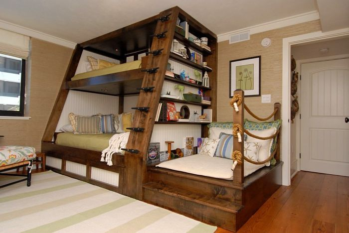 Łóżko piętrowe w pokoju dziecięcym.