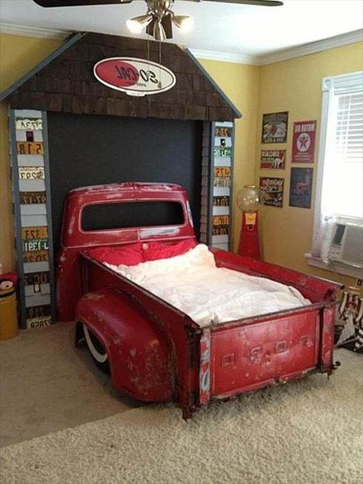 Кровать в виде пикапа в детской.