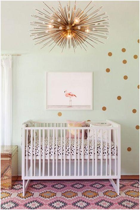 Уютната детска стая е декорирана в модерния стил, който се разкрива в ярки и необичайни детайли.