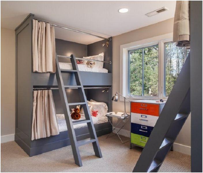 Детската спалня с двуетажно легло е направена в тъмни и светли цветове, което особено подчертава изтънчеността на стила в стил Арт Нуво.