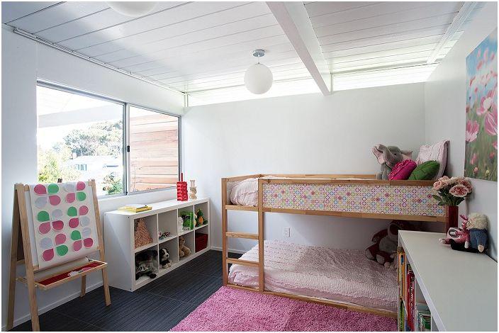 Декорация на стая в стил Арт Нуво за истински малки дами в бели и розови цветове.