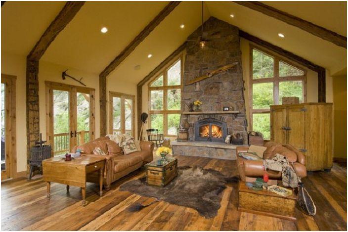 Красотата на хола се подчертава от необичайната форма на прозорците и нетипичните интериорни елементи.