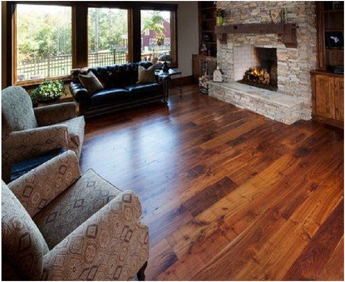 Комбинацията от дърво и камък в хола е просто чудесна възможност да се подчертае комфорта на стая с камина.
