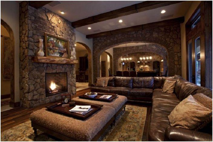 Бежовата и кафява палитра на стаята се допълва от уютна камина с декоративен камък.
