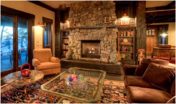 Малка уютна стая с интересни интериорни елементи и каменна камина.