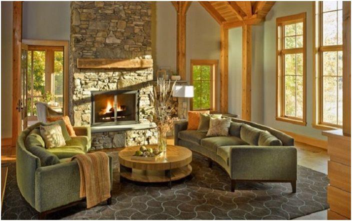 Уютна стая с каменен под и камина и облицовка с дърво.