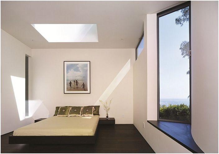 Малка, но светла стая с голям обикновен прозорец и мансарда в допълнение, прави стаята максимална осветеност и това е страхотно.