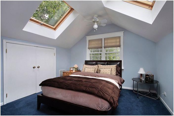 Ciekawy projekt sypialni ze świetlikami dodaje wspaniałego nastroju i budzi tylko pozytywne myśli.