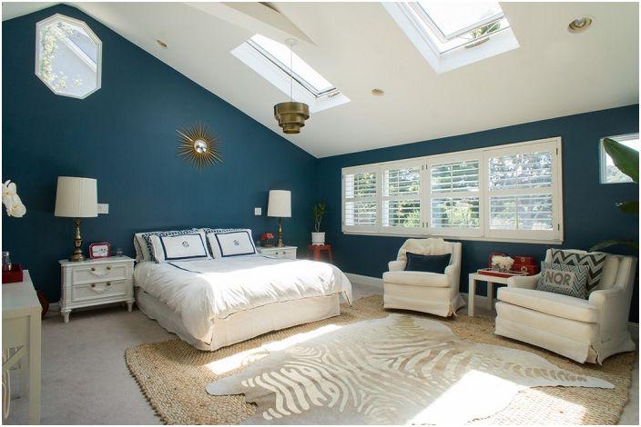 Sypialnia w pięknych odcieniach błękitu z białymi akcentami oraz szykowna lukarna dodadzą koloru pomieszczeniu.