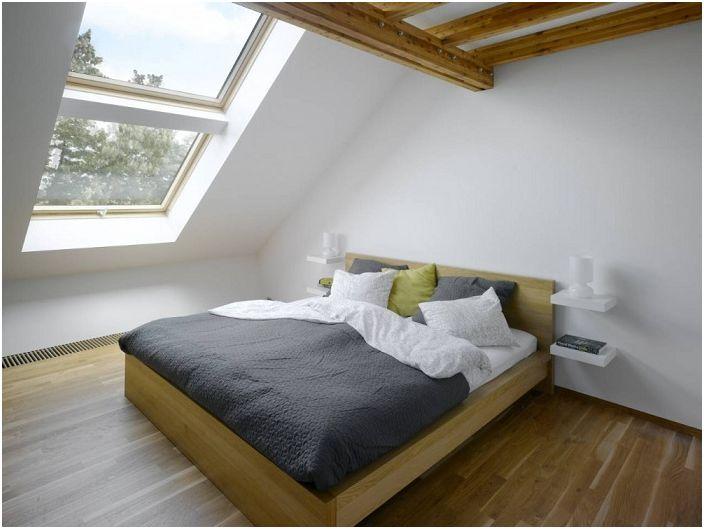 Oszałamiająca jasna i uczciwa sypialnia z uroczym mansardowym oknem dostarczy tylko pozytywnych wrażeń.