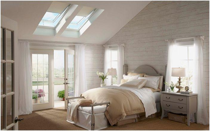 Urocza sypialnia urządzona jest w delikatnych kremowych kolorach, z ładnymi świetlikami, dla relaksu i przyjemności.