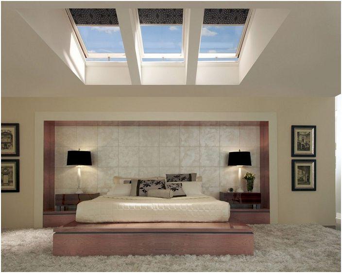 Przytulny pokój idealnie pasujący do wnętrza domu, z pięknymi lukarnami.