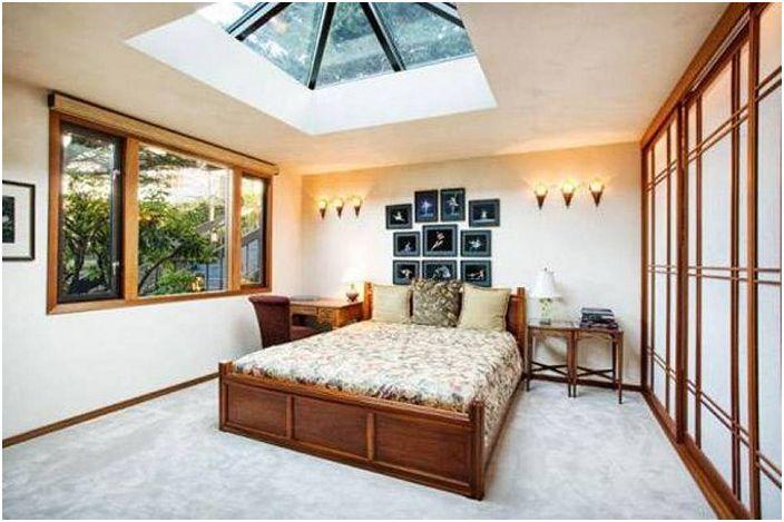 Комбинация от нежни цветове с дървени елементи в интериора, допълнена от капандурен прозорец.