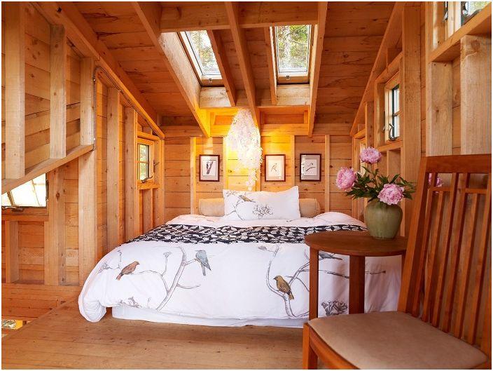 Świetlik w sypialni tworzy doskonałe oświetlenie i jednocześnie przytulność domu, zapewniając komfortowy dom i przyjemną rozrywkę.