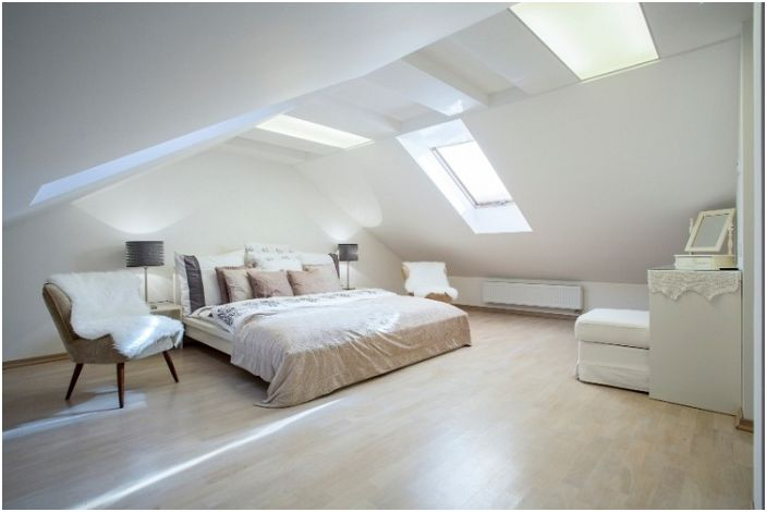 Светла бяла стая с прекрасно снежнобяло осветление създава чиста и светла атмосфера, особено за релакс.