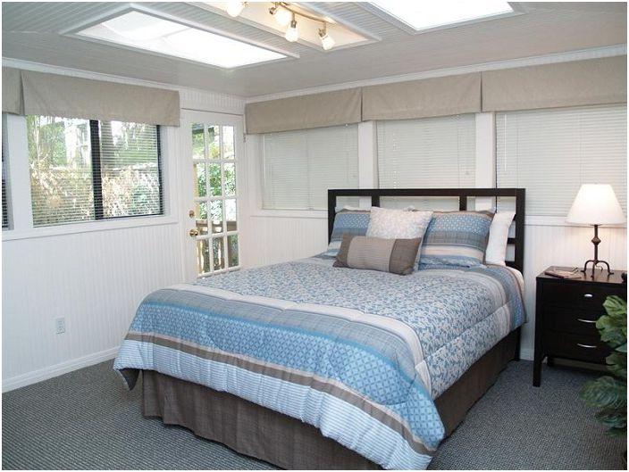 Uroczy pokój z eleganckimi lukarnami po prostu doskonale uzupełni wnętrze sypialni.