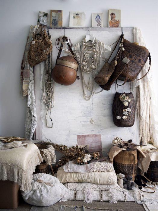 Комбинация от груби материали (кожа) и меки материали като дантела.