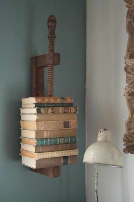 Старите книги са един от най-основните елементи на интериора на стимпанк.