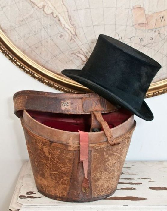 Шапките са символ на викторианската епоха, така че те лесно могат да се превърнат в елемент на декора в интериор на стимпанк.