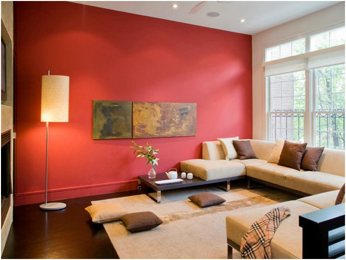 Если хотите зрительно расширить пространство комнаты и вместе с тем создать стильный и уютный интерьер, красьте три стены в светлые тона, а одну сделайте контрастной.
