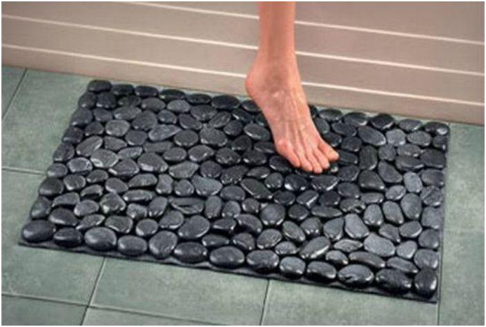 Плитка в ванной комнате должна быть безопасной. Чтобы избежать скольжения, положите на пол коврик.