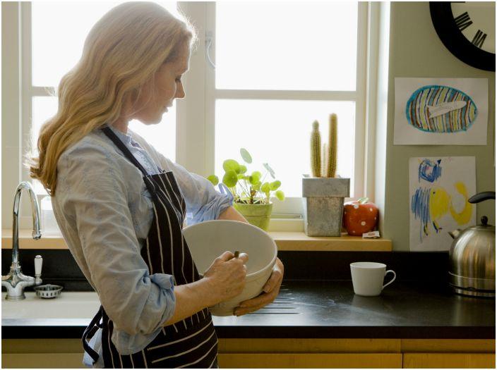 Стандартная высота кухонной базы - 85 см, но при выборе рабочих поверхностей следует учитывать свой рост. Готовую мебель можно либо поставить на ножки, либо наоборот - убрать их.