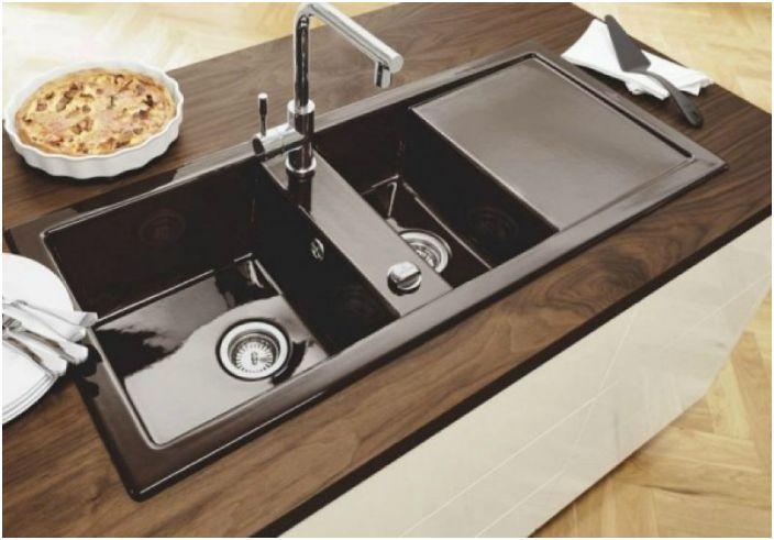 В кухне, где готовят для большой семьи следует разместить мойку на две чаши или раковину с крыльями.