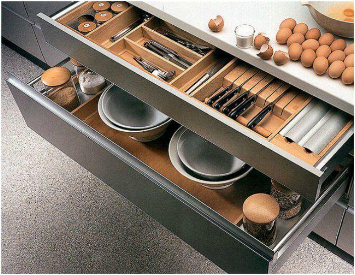 Вместо полок и шкафов, обустройте свою кухню максимальным количеством выдвижных ящиков. Они существенно сэкономят место и упростят уборку.