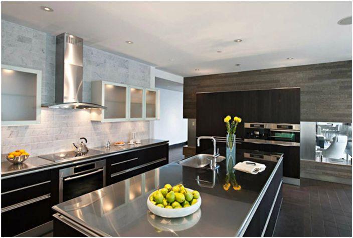 Ако искате да оборудвате кухнята със стоманени мебели и фитинги, тогава веднага се запасете със специални лакове, които ще предпазят повърхностите от замърсяване, защото дори чистите ръце оставят следи върху стоманените елементи.