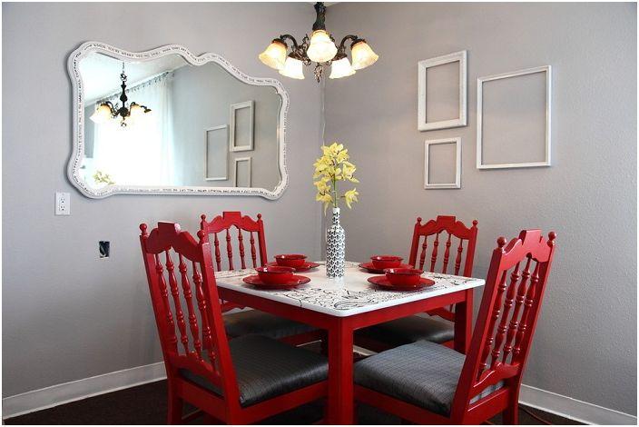 Szaro-czerwona jadalnia wygląda bardzo jasno i jednocześnie stylowo.