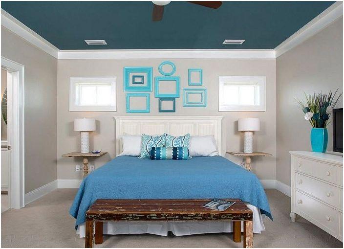 Sypialnia z niebieskimi elementami dekoracyjnymi, które podkreślają powagę tego pomieszczenia.