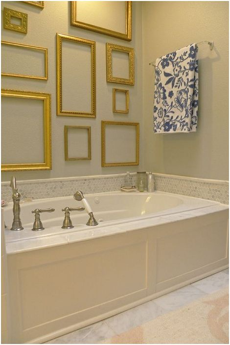 Złote ramy w łazience ciekawie prezentują się na ścianach i intarsjują wnętrze.