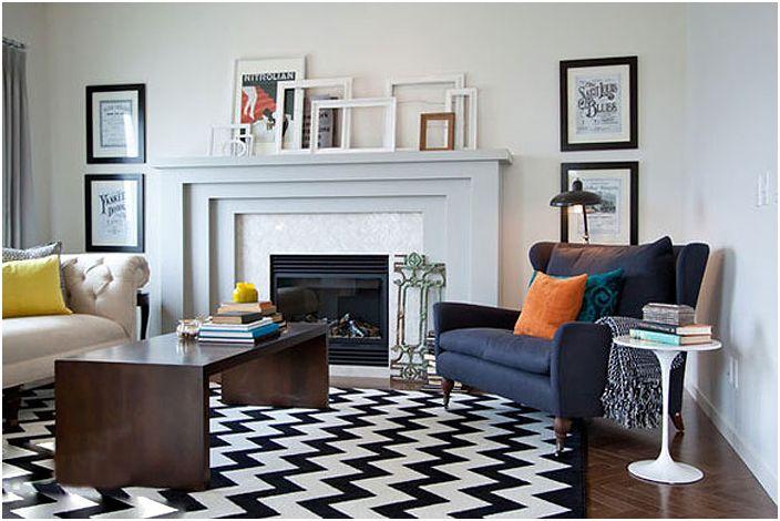 Всекидневната в класически цветове е украсена с рамки, които придават чар на стаята.