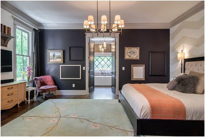 Контрастът на светлината и тъмното в спалнята се допълва от необичайни рамки на стената, които от своя страна украсяват интериора.