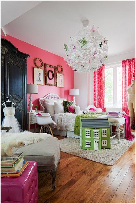Jasny pokój w kolorowych kolorach z ramkami na ścianie, które doskonale podkreślają ciekawy klimat panujący w pomieszczeniu.