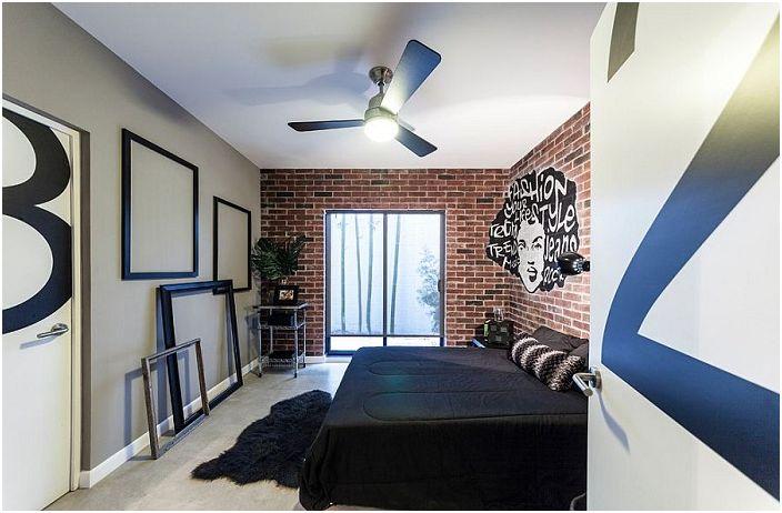 Спалня по поръчка с креативен интериор и сладки рамки, които я украсяват.