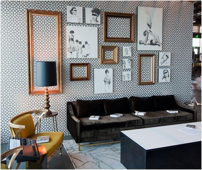 Salon w czerni i bieli, inkrustowany ładnymi ramkami na ścianie, które dopełniają całościowy wystrój.