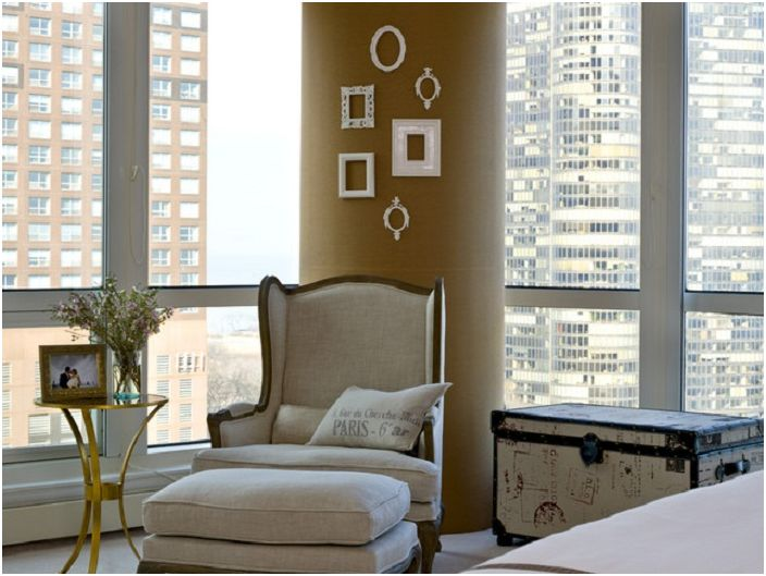 Стената в стаята е украсена с рамки - прости и творчески в същото време.