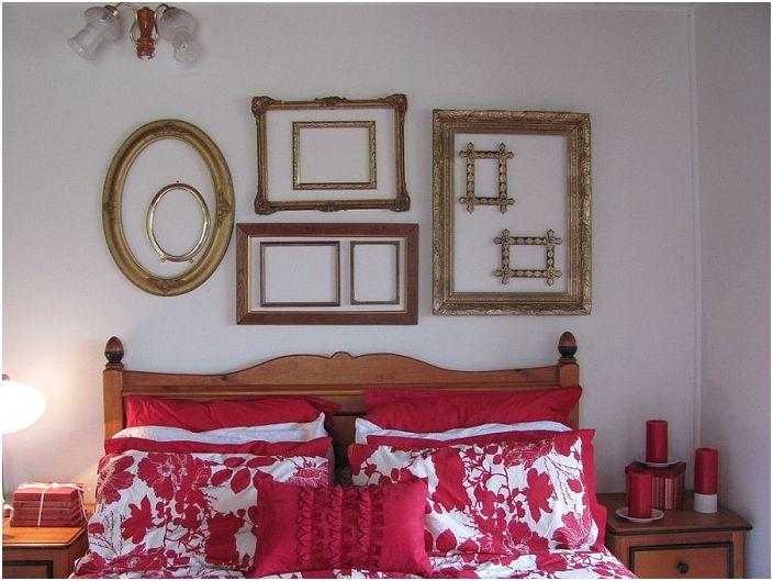 Sypialnia, w której akcenty zostały umieszczone na korzyść kontrastującej pościeli i ciekawych ram na ścianie, to świetne połączenie.