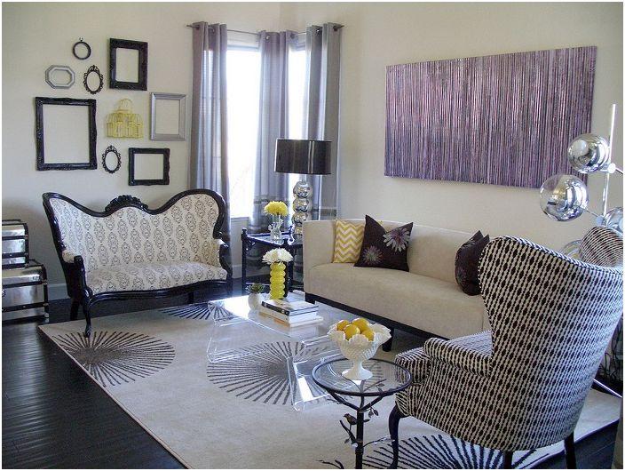 Małe, urocze wzory zdobią wnętrze salonu, a ramki dodają specyficznego klimatu.