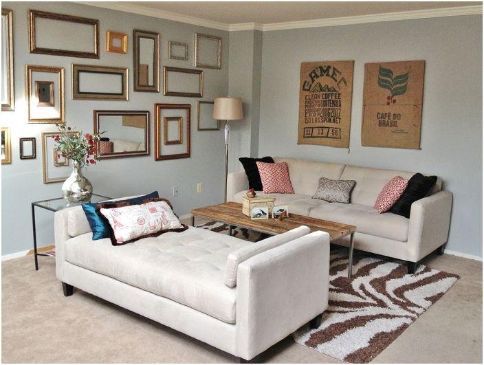 Интересен дизайн на светла стая, която е украсена с доста рамки.