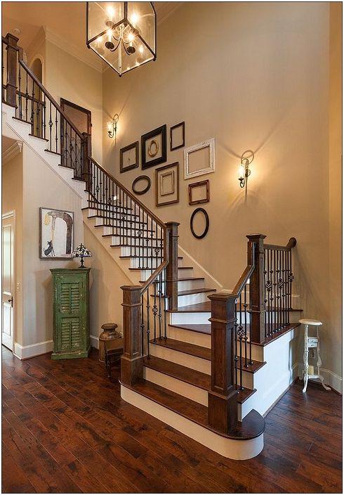 Стената е украсена с рамки, които придават ярко докосване на декора на стаята.