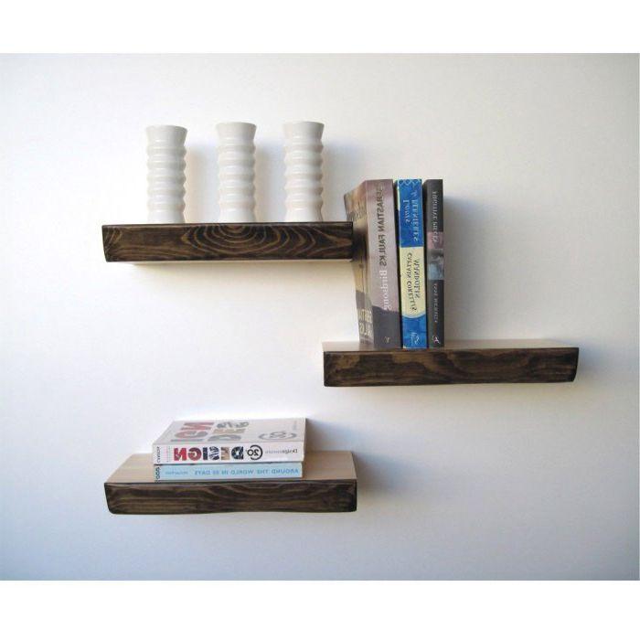 Три редовни дървени рафта.