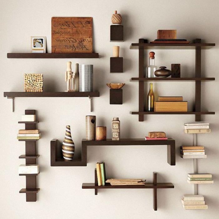Много малки дървени рафтове на стената.