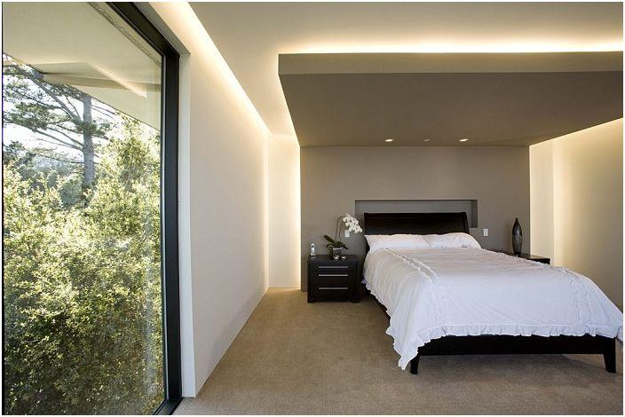 Ciekawy projekt `` szybowania '' sufit w sypialniach z ukrytym oświetleniem.