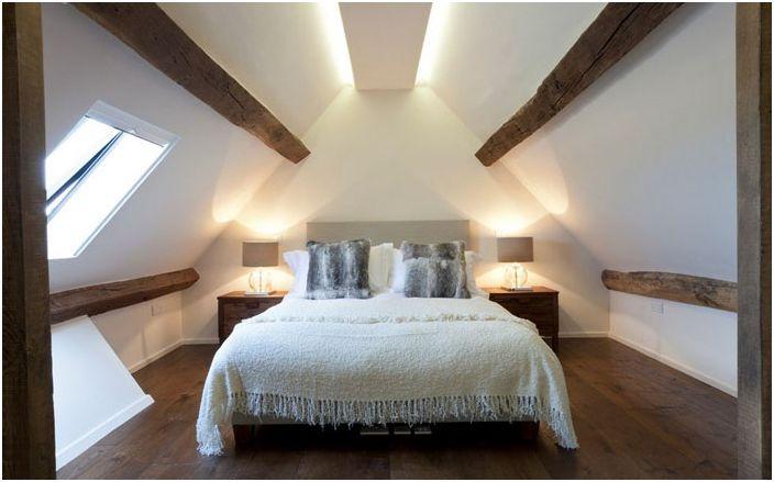 Minimalizm i poczucie proporcji w wystroju sypialni podkreśla ukryte oświetlenie.