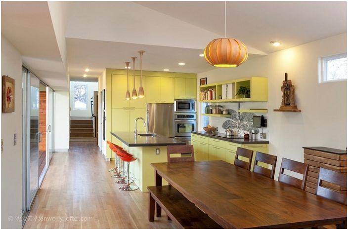 Цветът на лимона в дизайна на кухненския комплект перфектно съвпада с цвета на канелата и прави незабравимо впечатление на такава прекрасна кухня.
