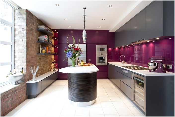 Отлична комбинация от лилави мебели с кафяво и бяло няма да остави никого безразличен. По специален начин пролетната атмосфера на такава кухня има положителен ефект върху настроението.