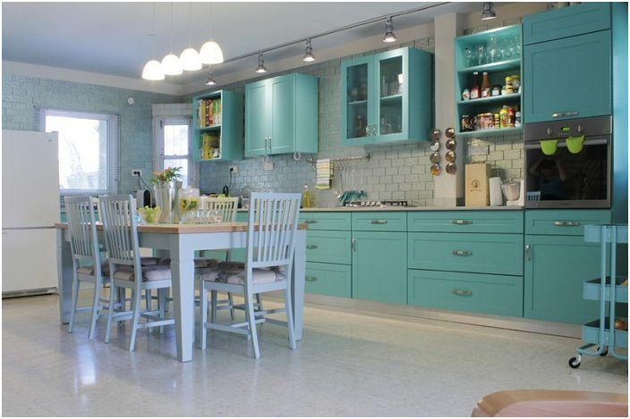 Кухнята с ментов цвят с нотка на сивкави оттенъци създава впечатлението, че това място е създадено за пиене на ментов чай.